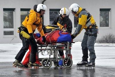 Nạn nhân được đưa đến bệnh viện để phẫu thuật.