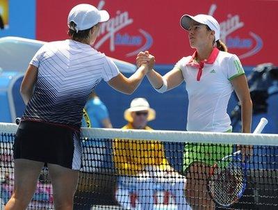 Henin chúc mừng chiến thắng của Kuznetsova (bên trái).