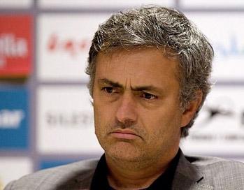 Mourinho bị cho là có mối quan hệ căng thẳng với Valdano, người từng chỉ trích mạnh mẽ chiến thuật của ông thời dẫn dắt Chelsea.