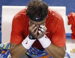 Nadal ôm đầu trên ghế trong khoảng thời gian nghỉ giữa hai set.