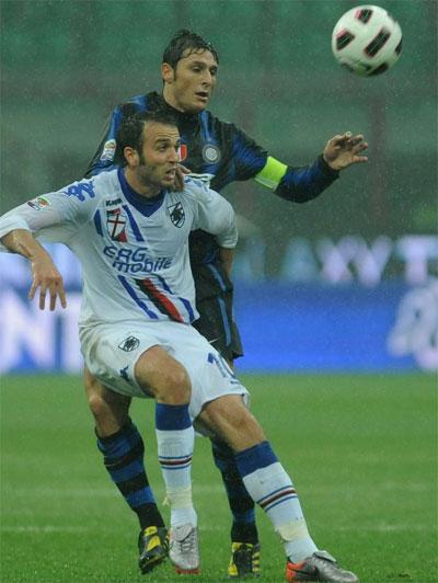 Pazzini (áo trắng) ghi tới 19 bàn và góp công lớn đưa Pazzini đến vị trí thứ tư ở Serie A mùa trước. Mùa này, dù không ra sân nhiều chấn thương, anh cũng đã có 10 bàn cho Sampdoria.
