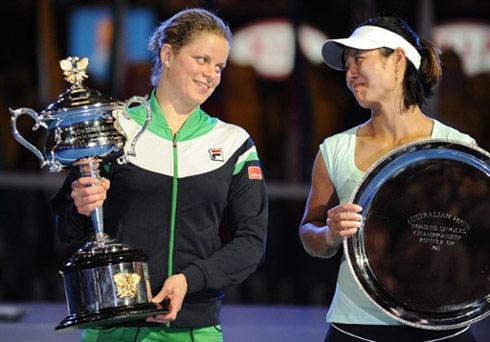 Clijsters vui vẻ phát biểu sau trận đấu trong khi Li Na lặng lẽ gạt lệ.