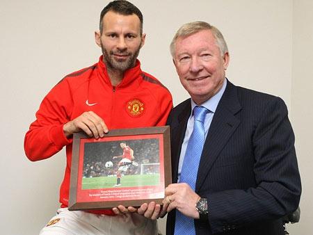 Giggs được HLV Ferguson trao chứng nhận trong cuộc bình chọn vừa qua.