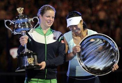 Kim Clijsters (trái) và Li Na trong lễ trao giải ở Australia Mở rộng 2011.