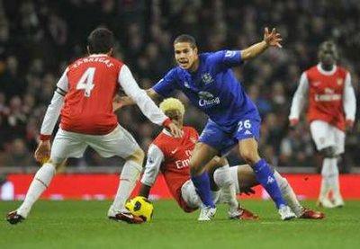 Everton (xanh) suýt chút nữa khiến Arsenal ôm hận.