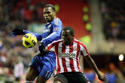 Sunderland (sọc đỏ trắng) không thể ngăn đà hồi sinh của Chelsea.