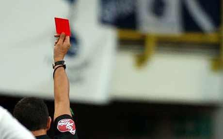 Một số cầu thủ bị truất quyền thi đấu khi chưa kịp chạm bóng.