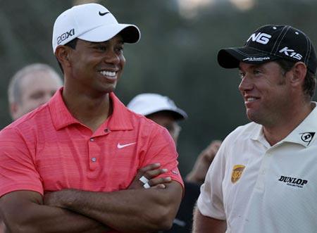 Woods (trái) và người đã soán vị trí số một của anh - Lee.