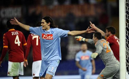 Cavani đang là người giữ lửa hy vọng cho Napoli (áo xanh). Ảnh: AFP.