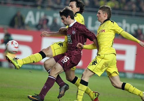 Jan Moravek (giữa) tranh bóng với các cầu thủ Dortmund.