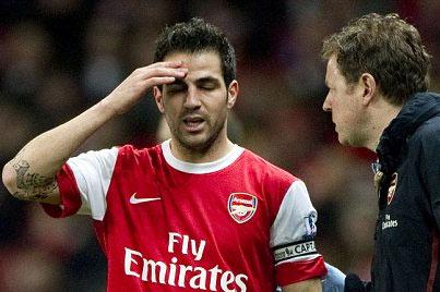 Fabregas thất vọng khi rời sân trong trận đấu với Stoke.