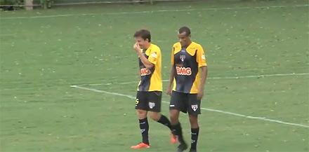Rivaldo (bên phải) vẫn thi đấu không tồi ở tuổi 38.