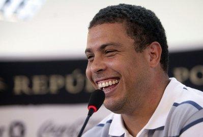 Ronaldo trong buổi họp báo công bố quyết định giải nghệ tuần trước.