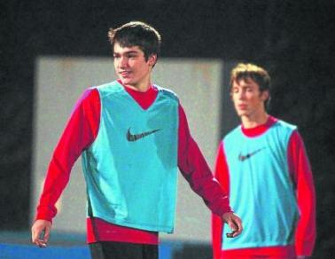 Cầu thủ trẻ Jon Toral (bên trái).