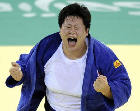 Đông Văn là nữ võ sĩ judo thành công nhất trong lịch sử thể thao Trung Quốc với 3 chức vô địch thế giới và một HC vàng Olympic trong giai đoạn 2005-2009.