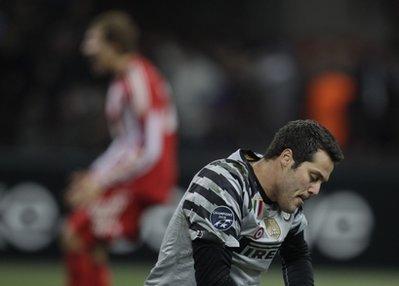 Cesar thất vọng sau pha ghi bàn của Gomez.