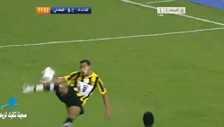 Ziaya tung cú sút vôlê ghi bàn trong trận đấu hôm thứ năm.