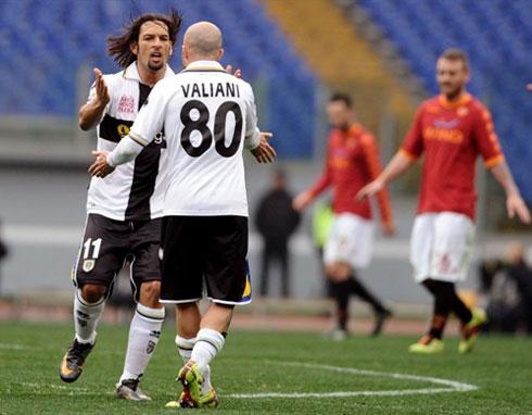 Amauri (trái) trong một khoảnh khắc thiên tài đã mở ra màn ngược dòng ngoạn mục cho Parma ở Olimpico. Ảnh: AFP.