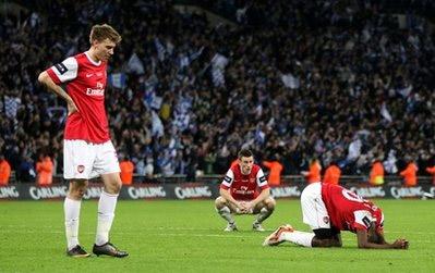 Cầu thủ Arsenal sụp đổ sau trận đấu.
