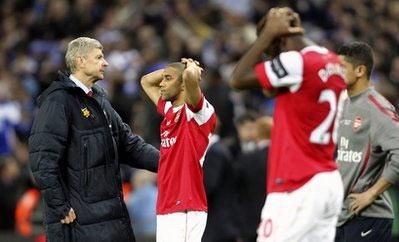 HLV Wenger an ủi các học trò.