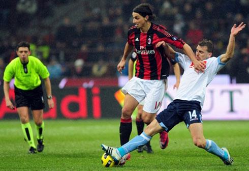 Napoli (áo trắng) gây thất vọng khi chơi nhạt nhòa và chỉ biết chống đỡ trước Milan.