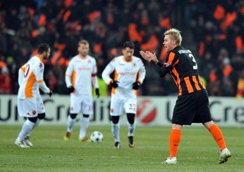 Roma (áo trắng) gây thất vọng lớn khi trình diễn thứ bóng nhạt nhòa, vô cảm trước Donetsk. Ảnh: AFP.