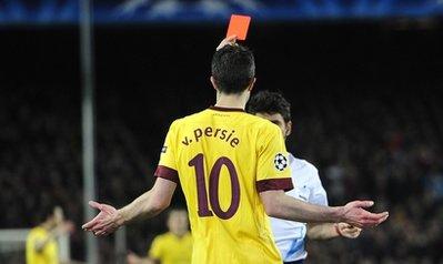Chiếc thẻ đỏ dành cho Van Persie được cho là hơi nặng tay.