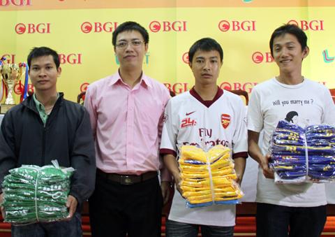 Các đội nhận trang phục thi đấu từ ban tổ chức.