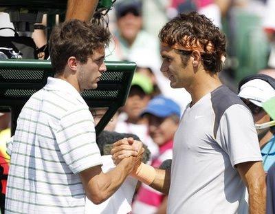 Federer (phải) bắt tay Simon.