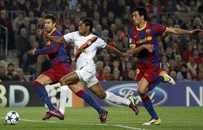 Adriano (áo trắng) có hai lần suýt ghi bàn vào lưới Barca ở trận lượt đi giữa tuần trước.