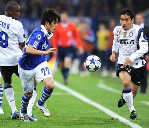 Uchida (áo xanh) và Nagatomo là hai trong số nhiều trụ cột của tuyển Nhật Bản đang thi đấu ở châu Âu. Ảnh: AFP.