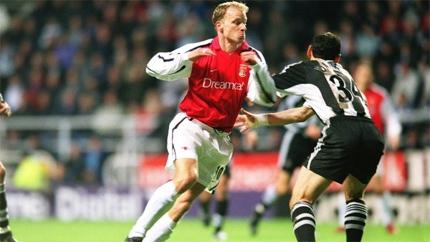 Bergkamp trong pha ghi bàn vào lưới Newcastle.