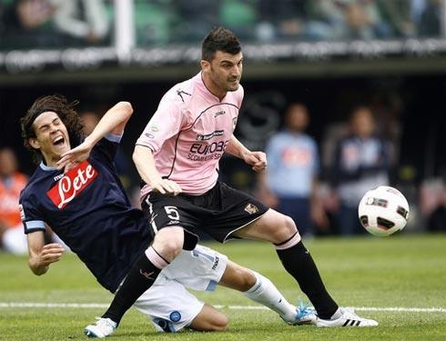 Napoli của Cavani (trái) đã gục ngã vào thời điểm quyết định nhất của mùa giải. Ảnh: AFP.