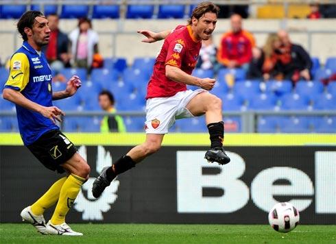 Roma (áo bã trầu) đang gồng mình cho cuộc đua vào top 4. Ảnh:AFP.