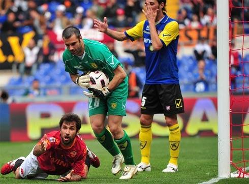 Vucinic là nỗi thất vọng lớn nhất của Roma, khi bỏ lỡ quá nhiều cơ hội ngon. Ảnh: AFP.