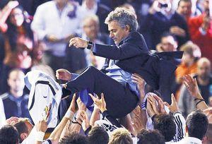 Các cầu thủ Real tung hô Mourinho sau chiến thắng 1-0 trong trận chung kết.