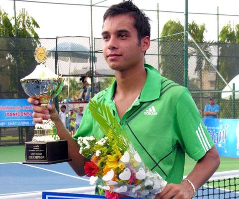 Tay vợt Campuchia tạo bất ngờ khi vô địch đơn nam với phần thưởng 3.000 USD. Ảnh: An Nhơn.