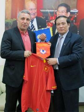 Chủ tịch Nguyễn Trọng Hỷ tặng áo ĐTQG cho danh thủ Stoichkov