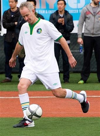 John McEnroe trên sân bóng tại giải NYFEST.