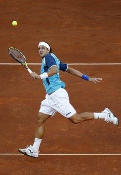 Lopez trong trận đấu với Federer.