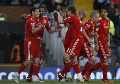 Maxi (ngoài cùng bên trái) chung vui cùng đồng đội.