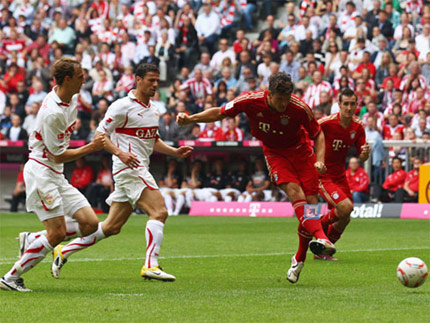 Gomez sút bóng trong khu cấm địa Stuttgart.