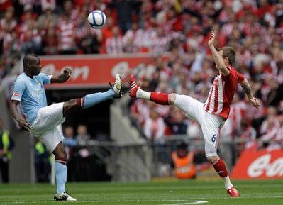 Stoke (trắng đỏ) đã chơi không đúng sức.