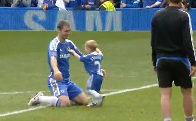 Hai cha con Ivanovic chia vui tại sân Stamford Bridge.