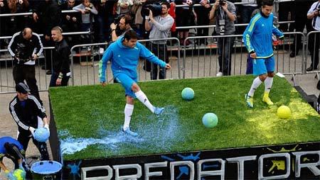 Kaka (trái) và Van Persie trong sự kiện quảng cáo cho Adidas hôm qua.