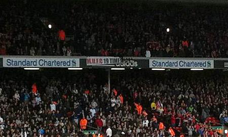 Những con số với hàm ý châm chọc Man City trên khán đài sân Old Trafford.