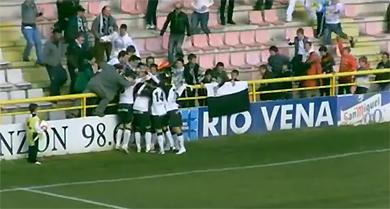 Đồng đội và khán giả chúc mừng Troiteiro sau pha lập công.