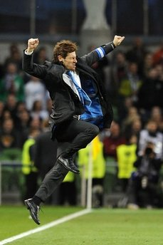 HLV Andre Villas-Boas nhảy lên vì vui sướng sau khi trận đấu kết thúc.