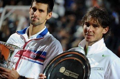 Djokovic (bên trái) và Nadal đang tranh đua quyết liệt vị trí số một thế giới.
