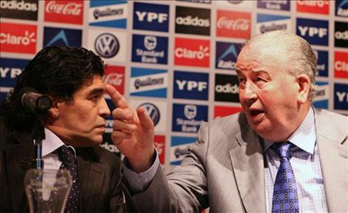 Grondona (phải) là bố già của bóng đá Argentina nhiều thập niên qua.